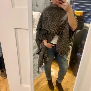 Cozy blanket throw in grey leopard print